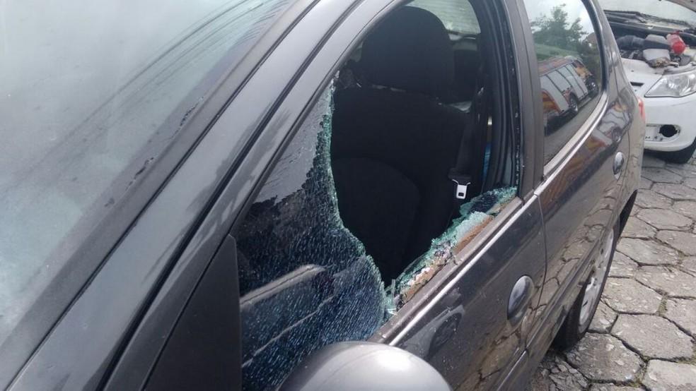 Peugeot teve vidros quebrados e lataria incendiada (Foto: Corpo de Bombeiros/Divulgação)
