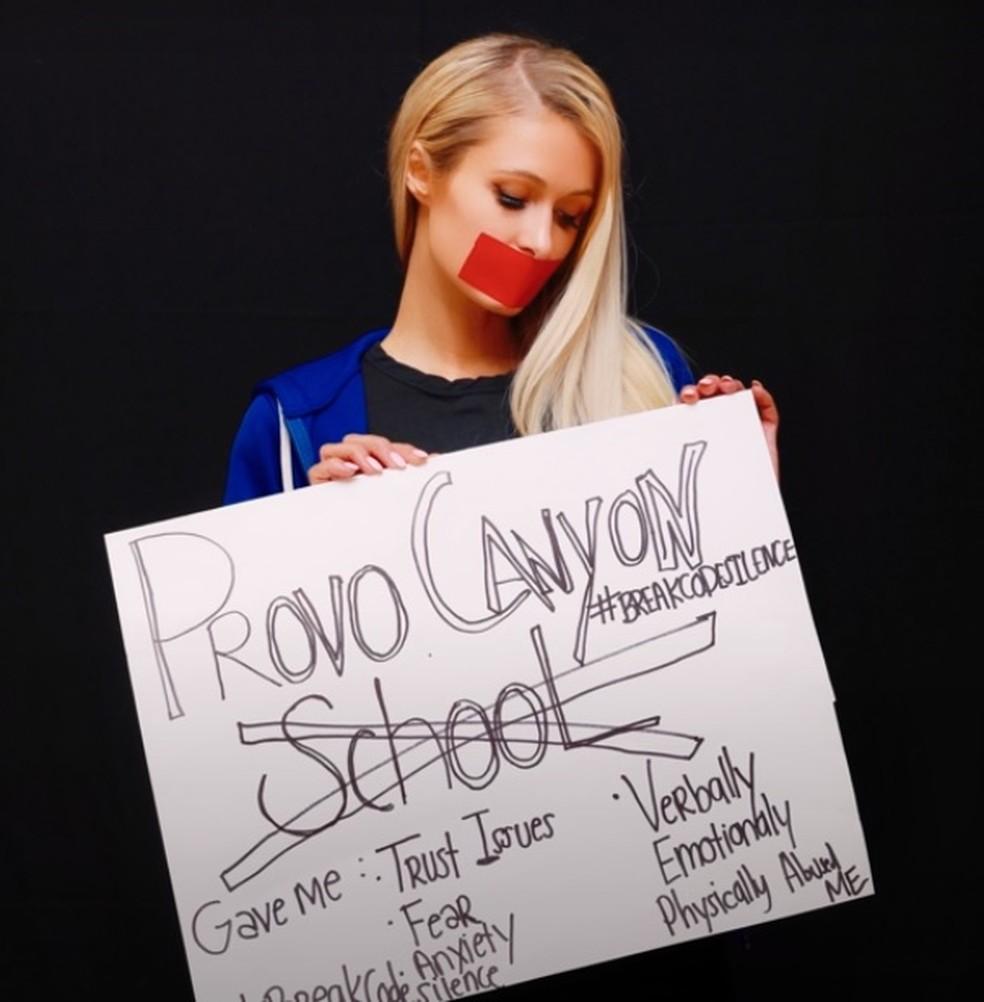 Paris Hilton releva que sofreu violência psicológica, física e emocional durante colégio interno — Foto: Reprodução/Youtube/Paris Hilton