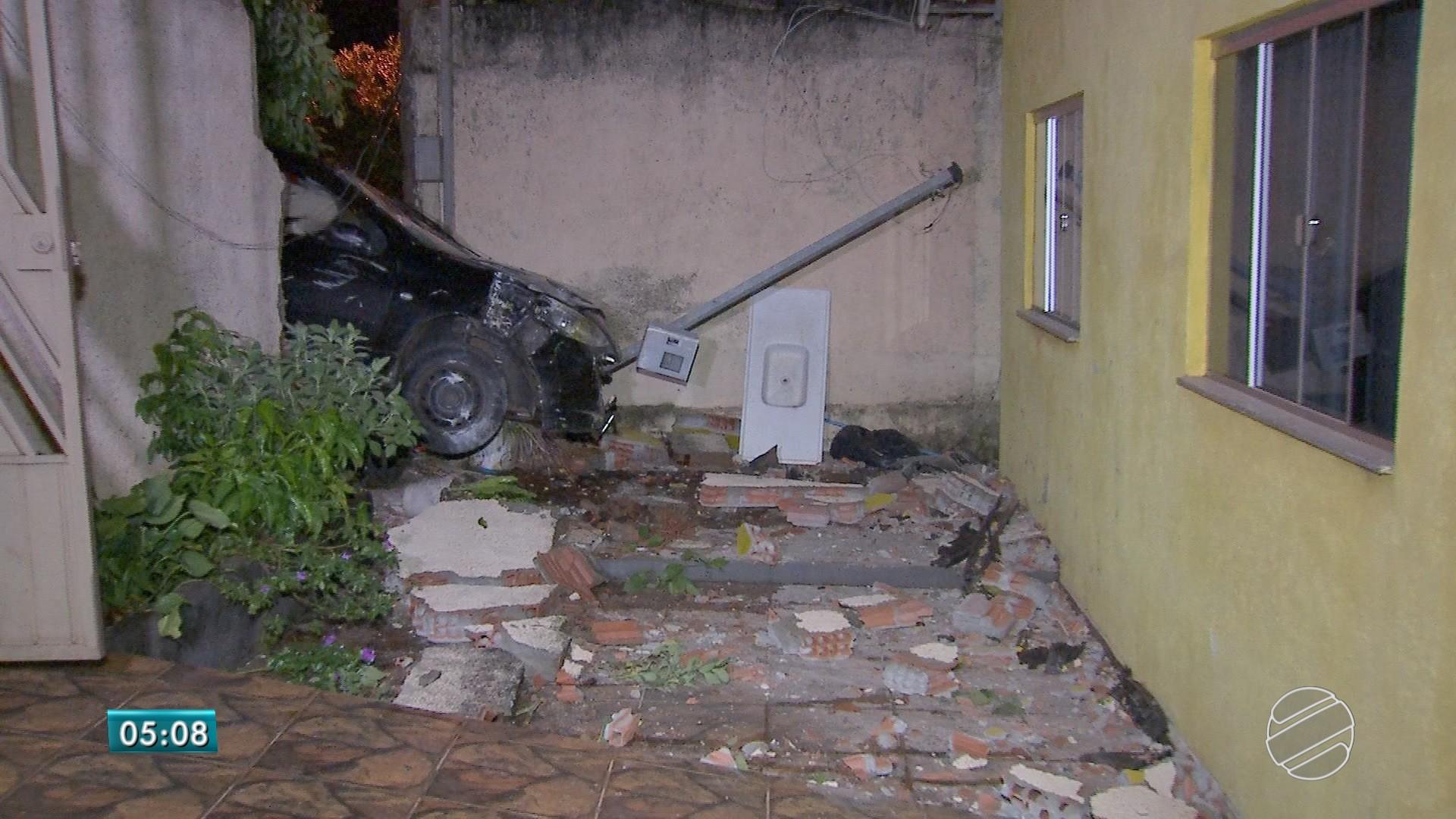 Moradora acorda com barulho de madrugada e encontra carro invadindo quintal em Campo Grande