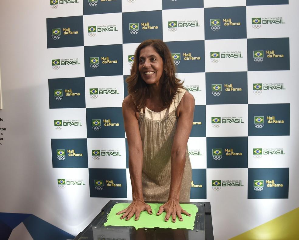 Jackie Silva coloca suas mãos no Hall da Fama do Prêmio Brasil Olímpico — Foto: André Durão