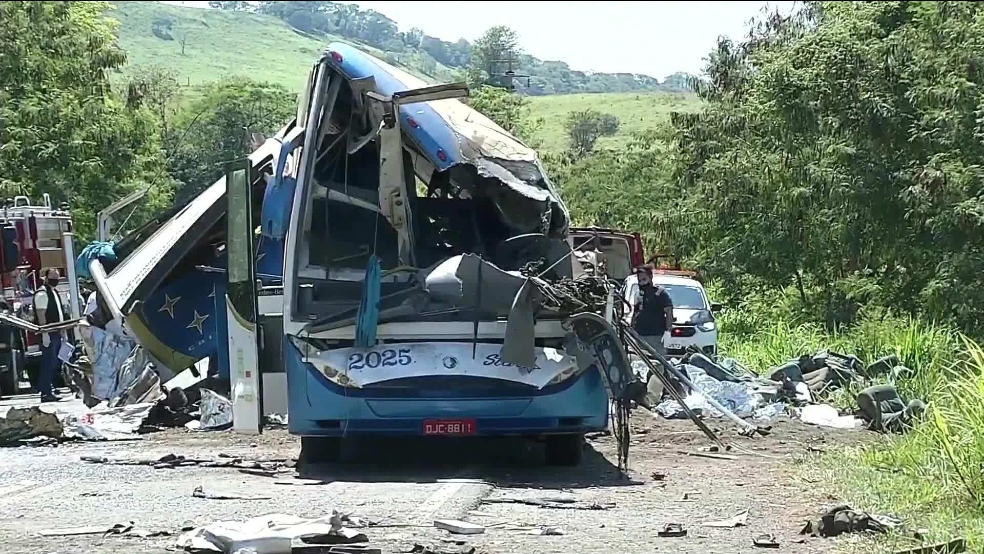 Vítimas de tragédia entre caminhão e ônibus clandestino são veladas em ginásio de Itaí