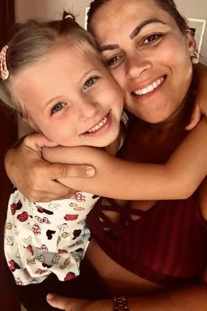 Há dois anos, a jornalista Lisandra, 39, mora sozinha com a filha Lara, 6. (Foto: Arquivo pessoal)