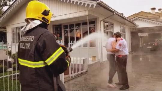 Pedido de casamento de bombeiro em SC é marcado por jato d'água; VÍDEO
