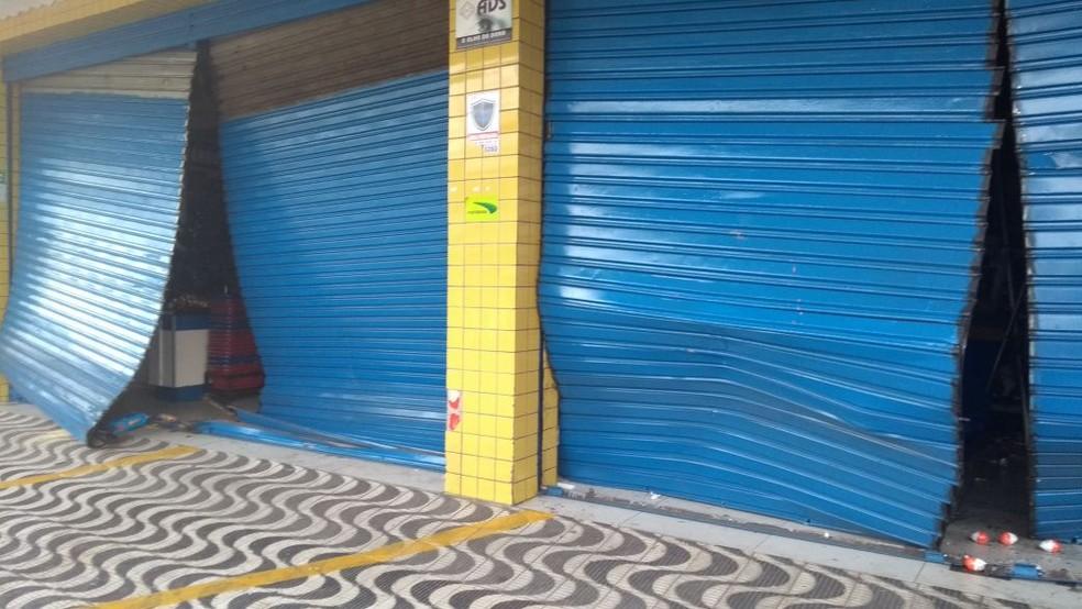Bandidos usaram carros para arrombar as portas das lojas (Foto: Ediana Miralha/Inter TV Cabugi)