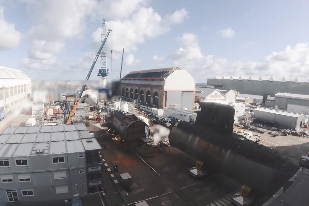Vista do canteiro de obras naval em Cherbourg, na França, que recupera submarino incendiado. Foto de 13 de abril — Foto: Naval Group/AFP Photo