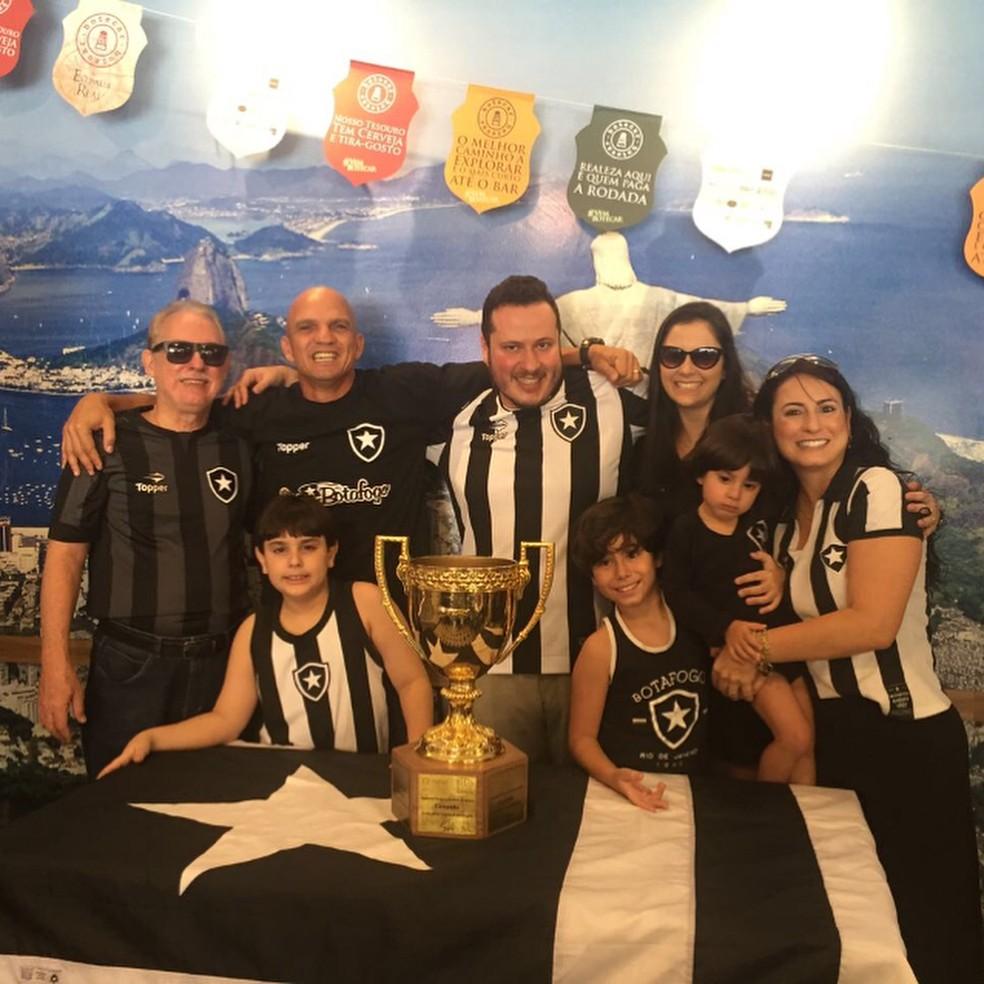 O ex-zagueiro Sandro e torcedores do Botafogo em evento em Belo Horizonte (Foto: Site oficial do Botafogo)