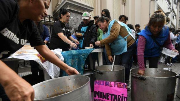 Mutirão para alimentar pessoas durante protesto em Buenos Aires (Foto: Getty Images via BBC News Brasil)
