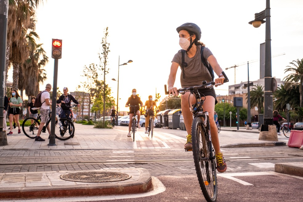 Ao pedalar em vias urbanas, o uso da máscara se faz necessário dada a grande circulação de pessoas e necessidade de parar a bicicleta — Foto: Istock Getty Images