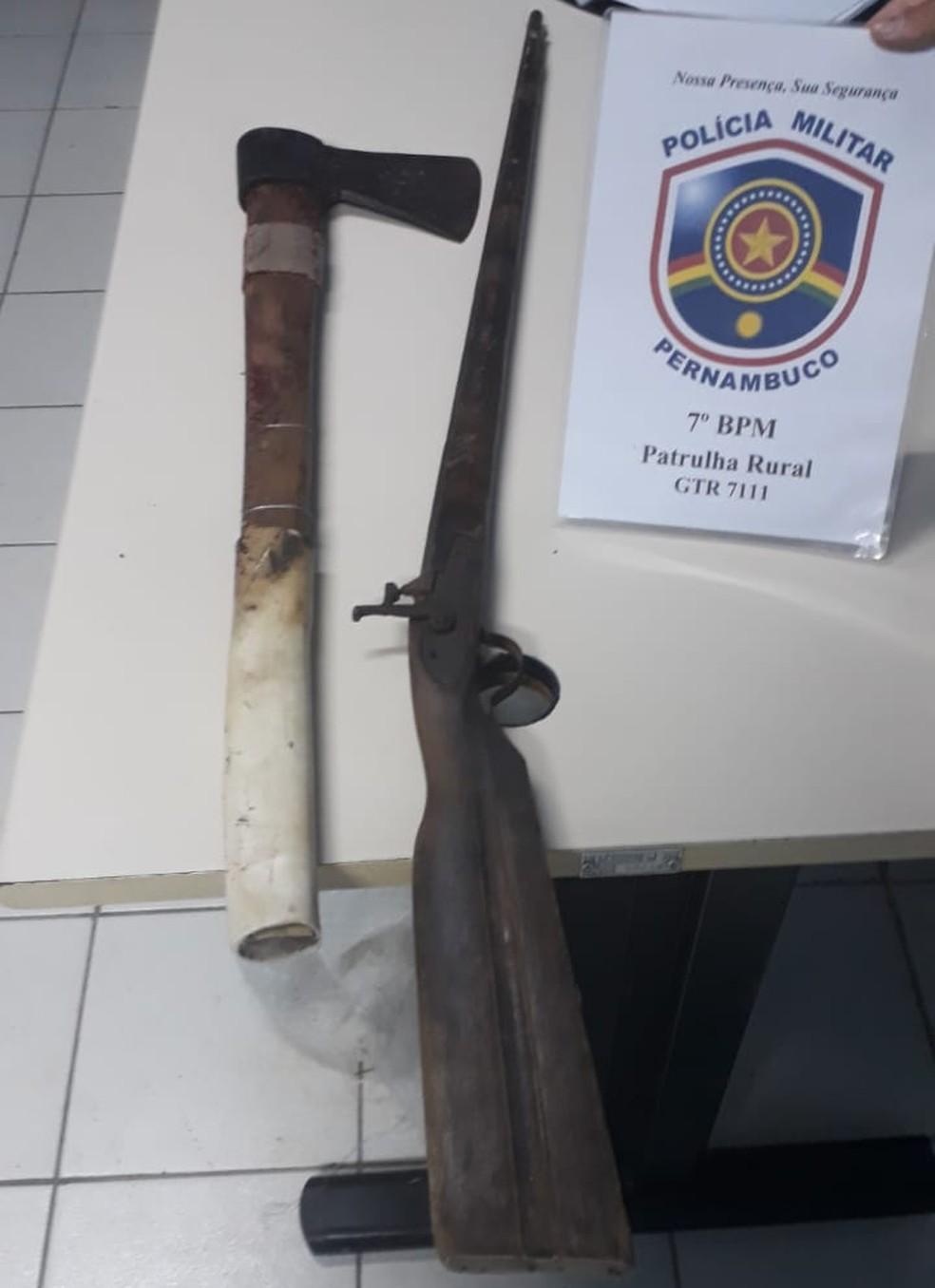 Os policiais encontraram o machado utilizado para cometer o crime, além de uma espingarda de fabricação artesanal (Foto: PM / Divulgação)