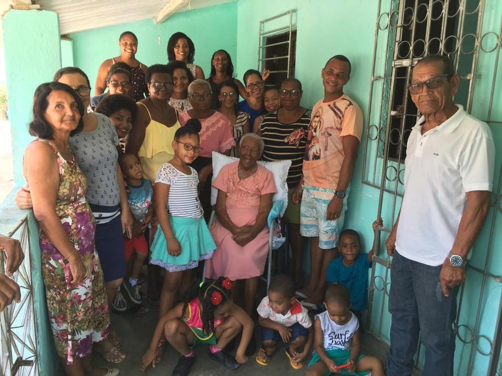 Família se reúne para cuidar de Dona Maria — Foto: João Souza/G1