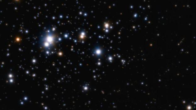 Neste aglomerado de estrelas, pode haver muitas irmãs do Sol, mas é difícil detectá-las (Foto: eso/H.SAna)