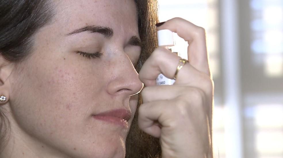 Colírios com nano tecnologia podem ser borrifados nos olhos com as pálpebras fechadas — Foto: Reprodução/EPTV