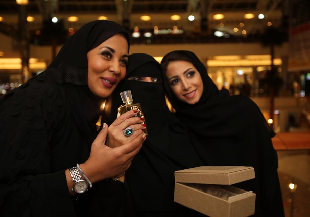 JEDDAH, SAUDI ARABIA- DECEMBER 10: Volunteers attend an event for Om Abdullah, a passionate cooker who used to cook and make tea to sell in the street to make money for living is honored by Saudi young women volunteers who gathered money for her to boost  (Foto: Getty Images)