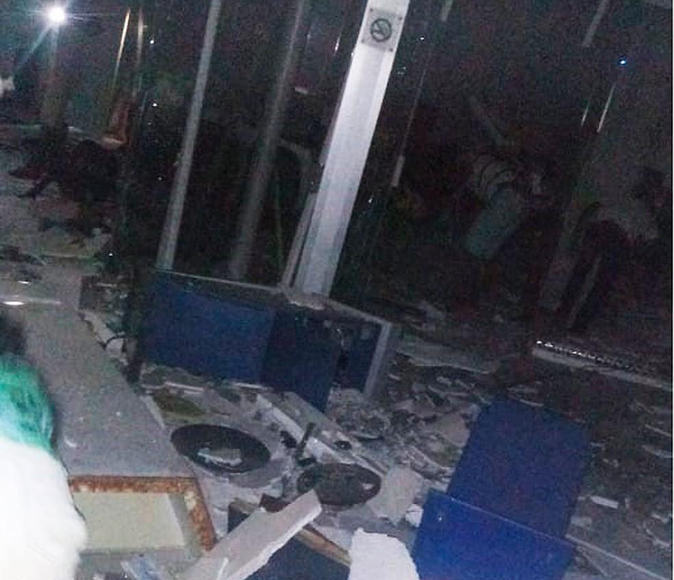 Bandidos explodem caixas eletrônicos na cidade de Castro Alves, na Bahia — Foto: Site Bahia10.Com.Br