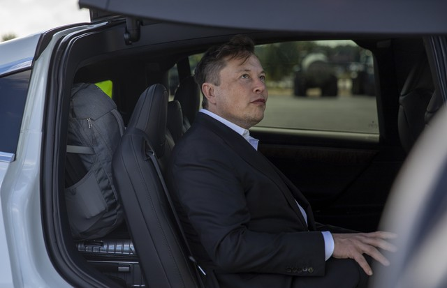 GRUENHEIDE, GERMANY - SEPTEMBER 03: Tesla head Elon Musk leaves after giving a statement to the press as he arrives to have a look at the construction site of the new Tesla Gigafactory near Berlin on September 03, 2020 near Gruenheide, Germany. Musk is cu (Foto: Getty Images)