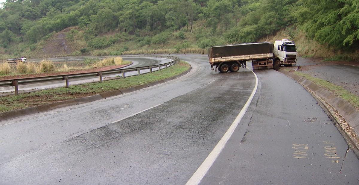 Caminhão derrapa e fica atravessado na BR-050, próximo a Araguari - G1