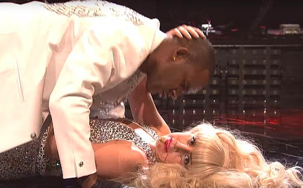 A cantora Lady Gaga com o rapper R Kelly em uma apresentação dos dois no programa Saturday Night Live no ano de 2013 (Foto: Reprodução)