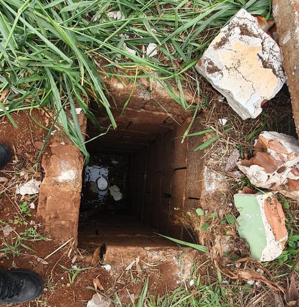 Mulher foi encontrada em um buraco com cerca de 3 metros de profundidade, em Londrina — Foto: Guarda Municipal/Divulgação