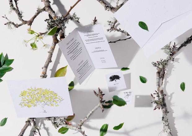 De todos os itens de um casamento, o convite é um dos primeiros a ir para a lata do lixo. Mas, se você pretende fazer uma cerimônia sustentável, que tal apostar no papel-semente, que pode ser plantado – literalmente – e germinar? Com uma produção totalmen (Foto: Thiago Justo)