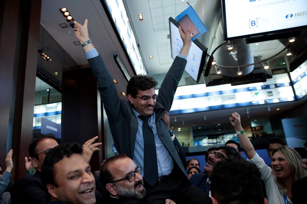 Anil Rawal, vice-presidente e Cchefe de aquisição de negócios da indiana Sterlite, comemora ao final do leilão de linhas de transmissão de energia da Aneel (Foto: Leonardo Benassatto/Reuters)