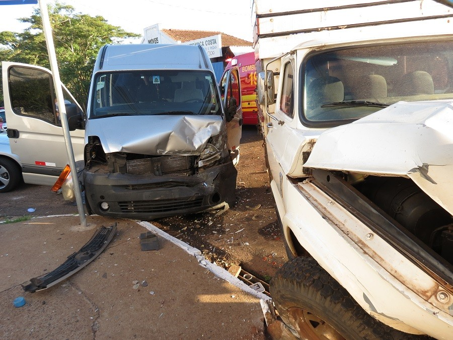 Acidente de trânsito com o envolvimento de van escolar deixa oito pessoas feridas em Dracena - Noticias