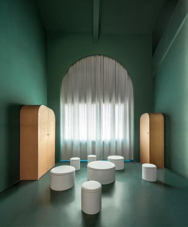 Os aparelhos eletrônicos e a iluminação fica escondida atrás das portas (Foto: Chao Zhang/Designboom/Reprodução)