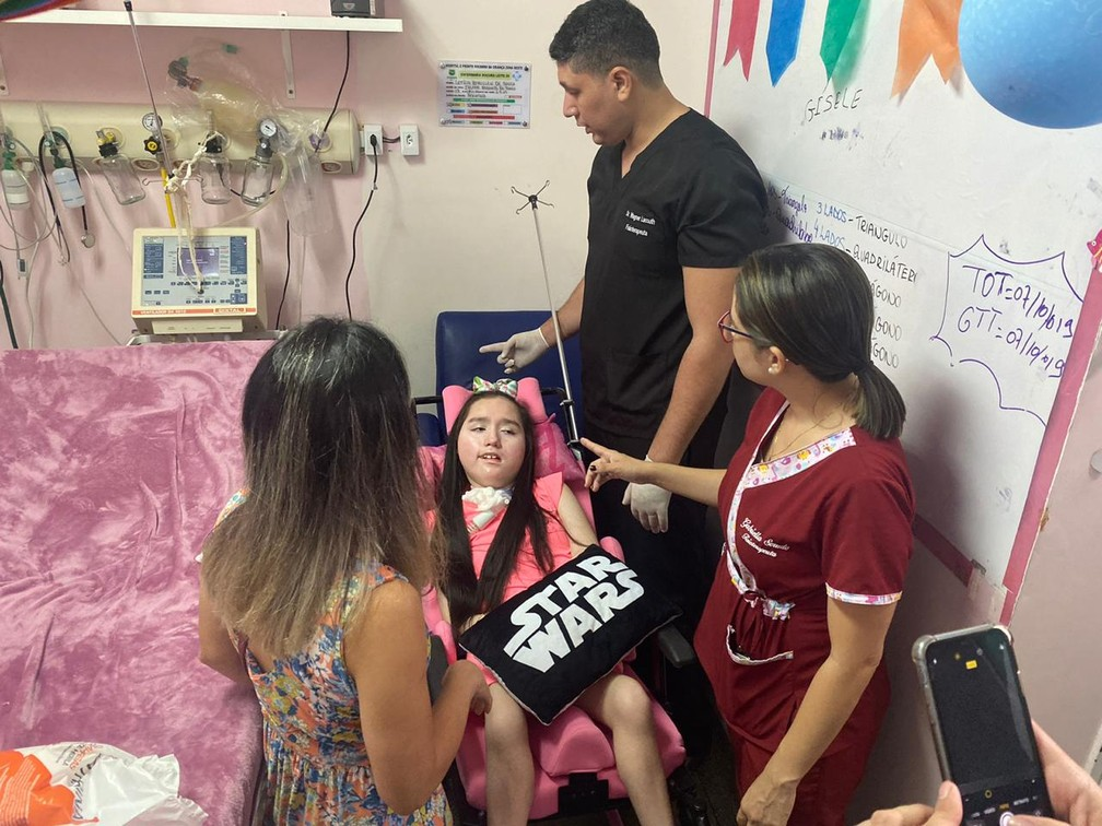 Letícia, diagnosticada com Atrofia Muscular Espinhal (AME), recebeu alta nesta sexta-feira (18) do Hospital da Criança da Zona Oeste — Foto: Carolina Diniz