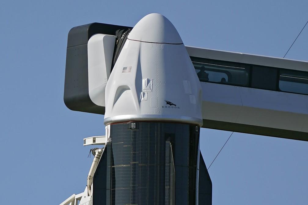 SpaceX Falcon 9, com uma cápsula Crew Dragon anexada, na plataforma de lançamento 39-A do Centro Espacial Kennedy em Cabo Canaveral, Flórida — Foto: AP Photo/Chris O'Meara