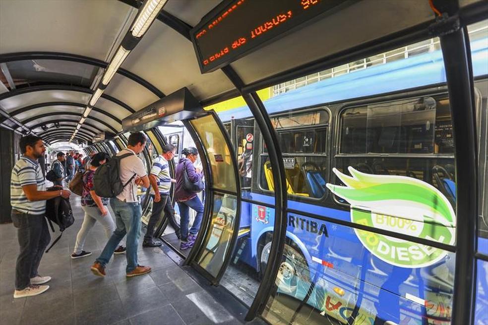 Transporte público tem reforço nas linhas de ônibus para os locais de prova do Enem, em Curitiba. — Foto: Daniel Castellano/SMCS