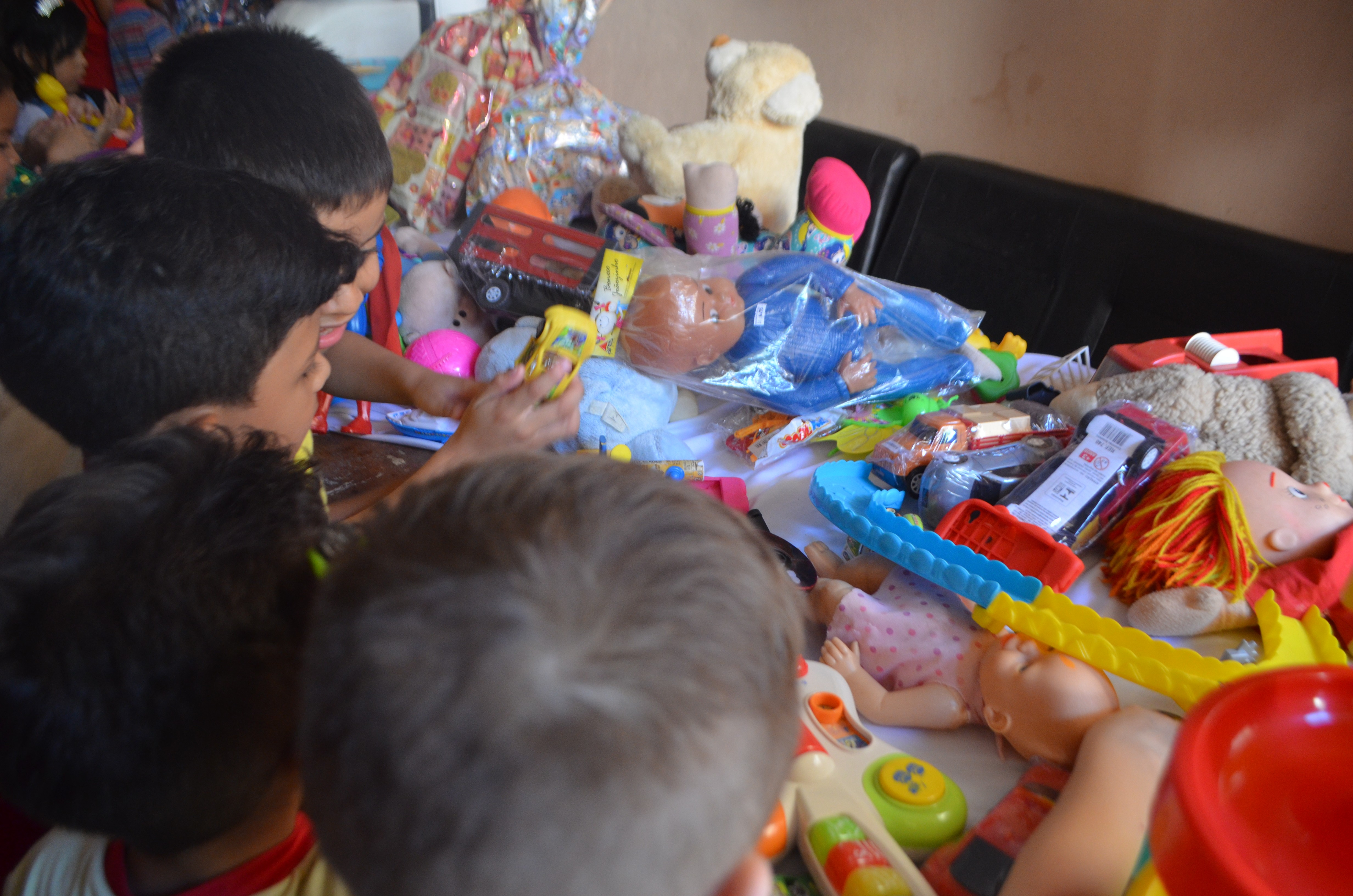 Rede Amazônica no AP entrega brinquedos para projeto que leva teatro gratuito para crianças - Notícias - Plantão Diário