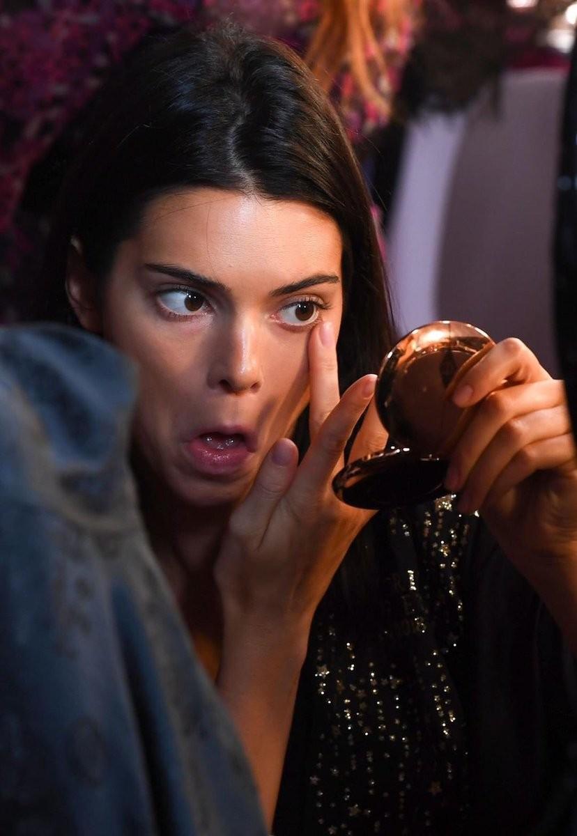 Kendall Jenner de olho no camarim (Foto: Reprodução/Instagram)