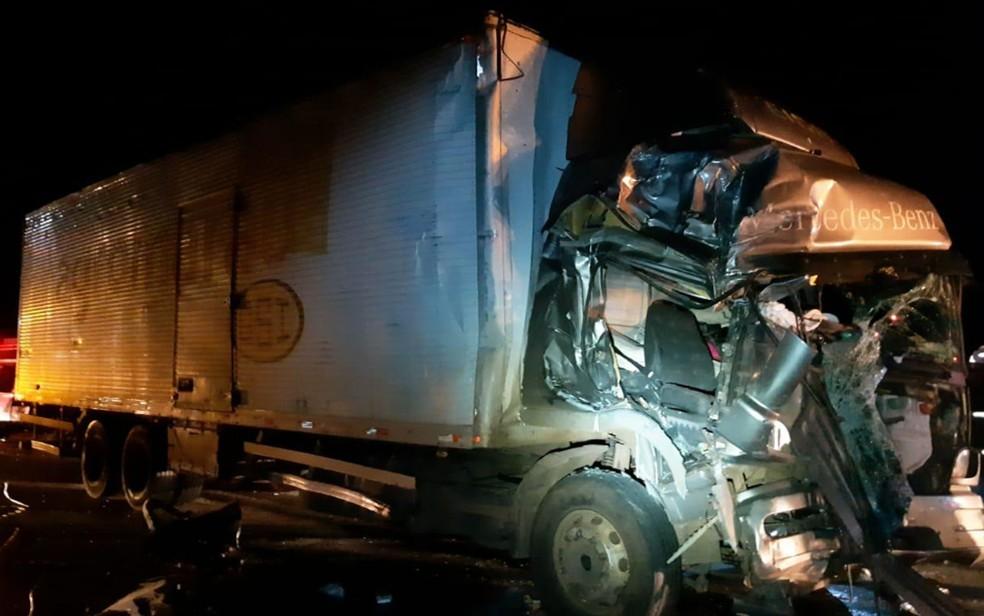 Caminhão envolvido em acidente na BR-116, em Vitória da Conquista — Foto: Divulgação/PRF