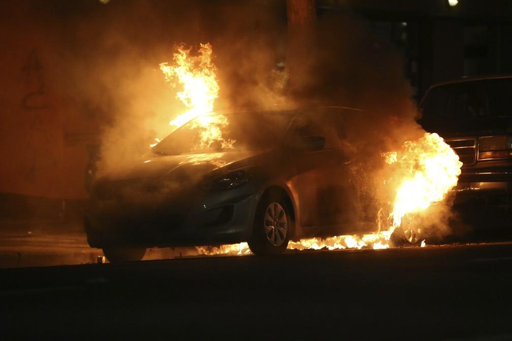Carro é visto em chamas durante protestos em Portland, no Oregon, pela morte de George Floyd, na sexta-feira (29). — Foto: Mark Graves/The Oregonian via AP