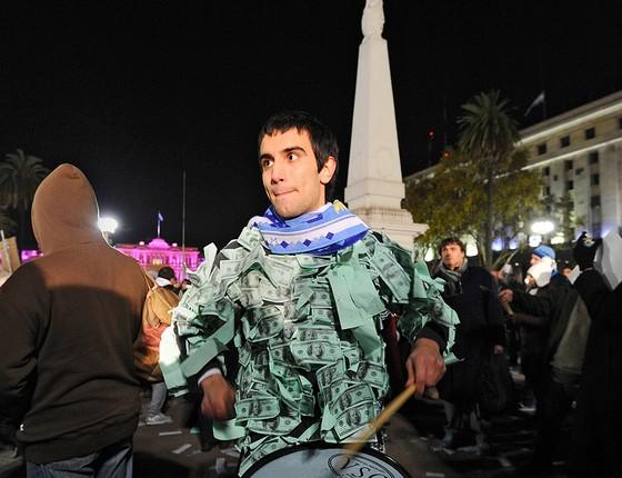 """Jovem participa na Praça de Maio, em Buenos Aires, de protesto contra a corrupção e as restrições à compra de dólares americanos, que os portenhos chamam de """"lechuga"""" (alface). Argentinos sofreram sete crises econômicas desde 1975 (Foto: DANIEL GARCIA/AFP/GETTYIMAGES)"""