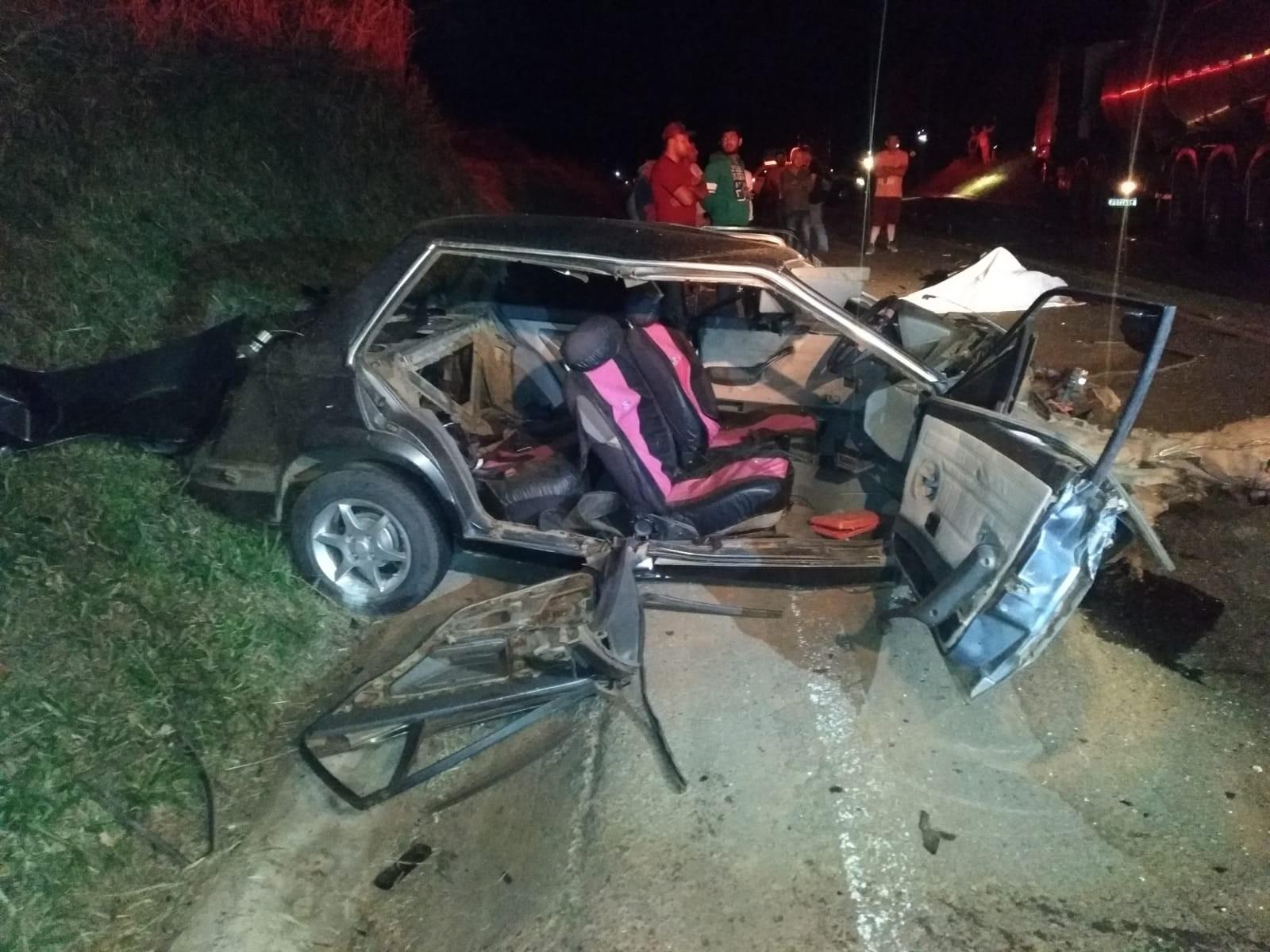 Acidente entre carro e dois caminhões mata motorista, na PR-160, diz PRE