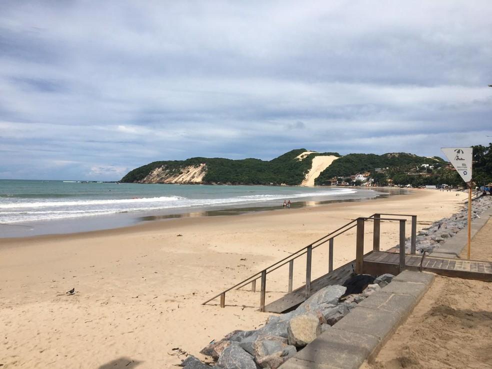 Praia de Ponta Negra vazia durante pandemia de coronavírus no RN, na quarta-feira, 1º de abril — Foto: Eros Sena