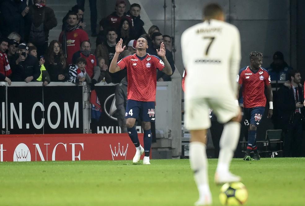 Brasileiro Gabriel comemora diante de Mbappe em PSG x Lille — Foto: AFP