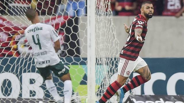Gabigol sai para comemorar após marcar sobre o Palmeiras