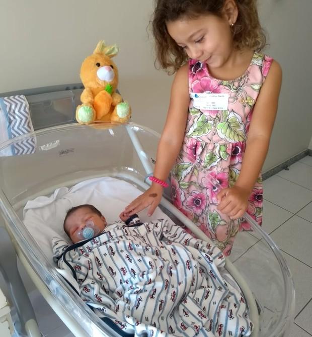 Sophia com o irmão Bernardo (Foto: Bruna Costa)