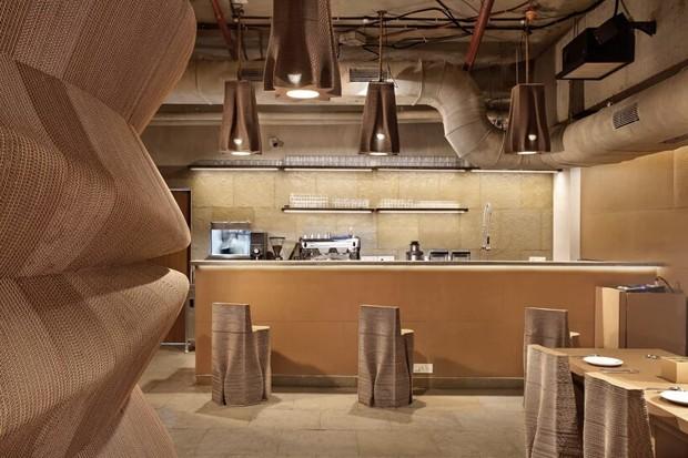 Existe um restaurante feito só com papelão reciclado (e ele é lindo) (Foto: Mrigank Sharma)