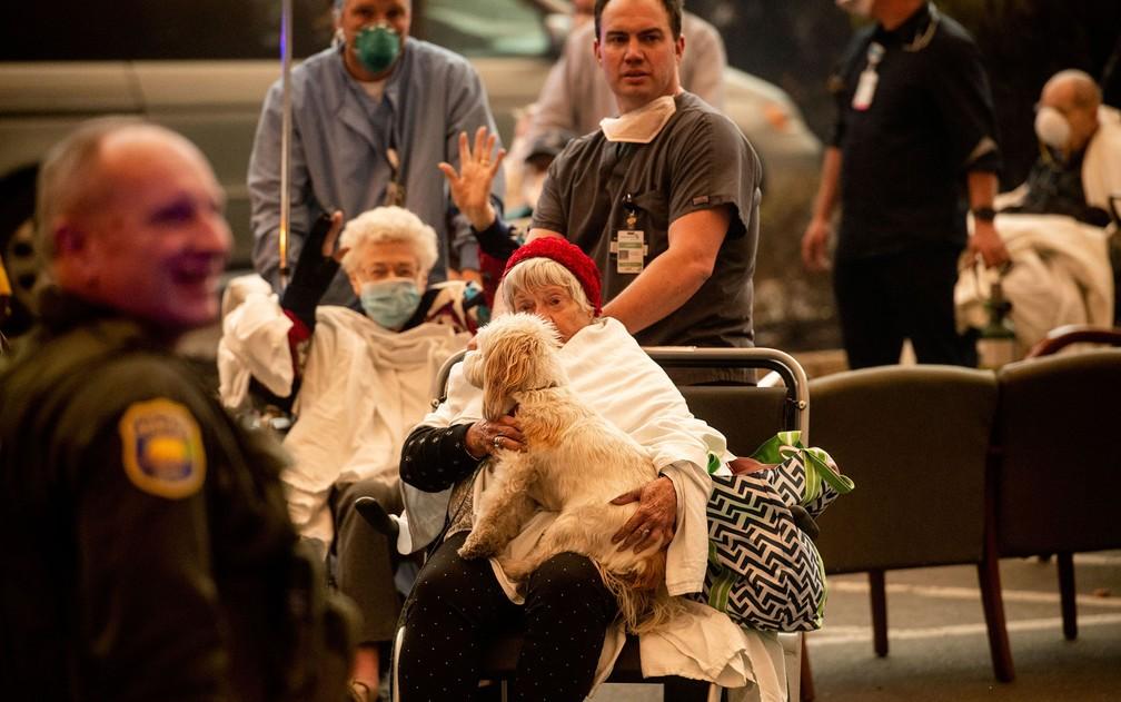 Médicos retiram pacientes do Feather River Hospital durante o incêndio Camp Fire, em Paradise, na Califórnia, na quinta-feira (8) — Foto: AP Photo/Noah Berger