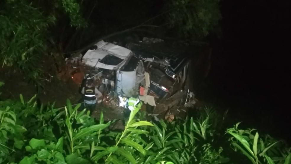 Caminhão caiu de uma ponte de 18 metros de altura na BR-376, em Guaratuba — Foto: Tony Mattoso/RPC