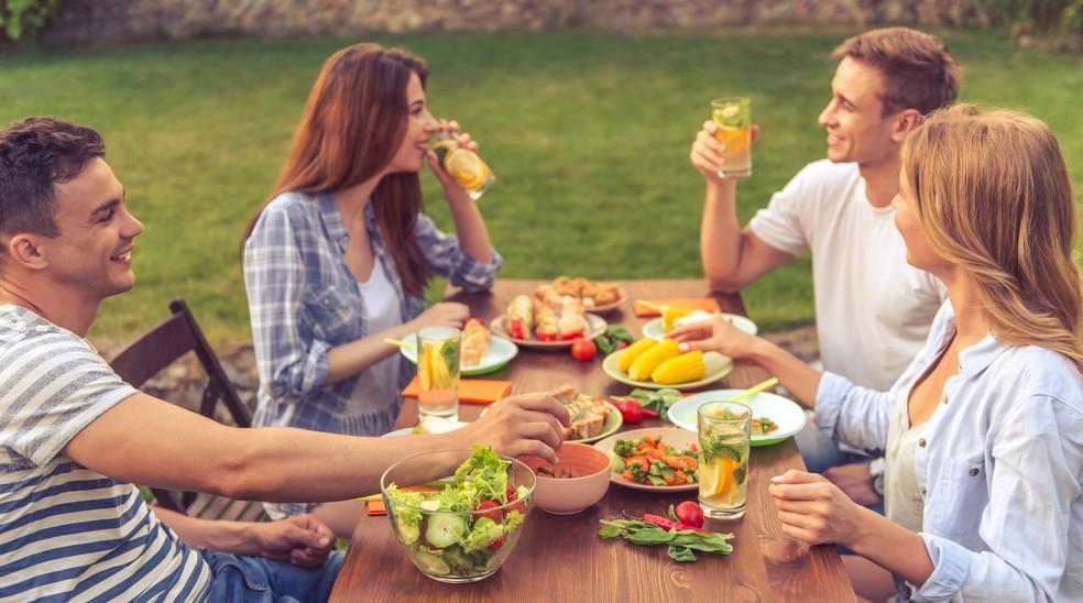 Se alimentar antes de anoitecer pode ser uma boa para a saúde (Foto: iStock Getty Images)