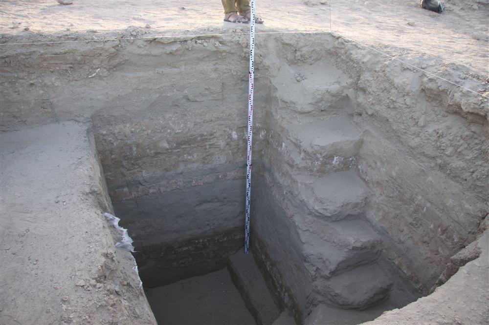 Poço descobertos pelos arqueólogos durante o trabalho de pesquisa que revelou a cidade perdida  no sul do Iraque (Foto: Instituto de Arqueologia da Academia Russa de Ciências)