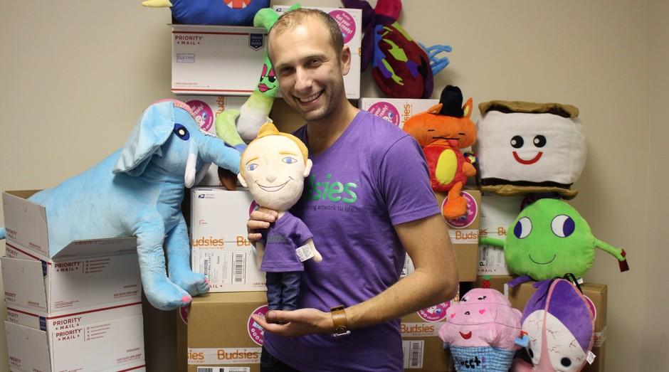 """Alex Furmasky, fundador da """"Budsies"""", que produz bichinhos de pelúcia a partir dos desenhos feitos por crianças. (Foto: Divulgação/Alex Furmasky)"""