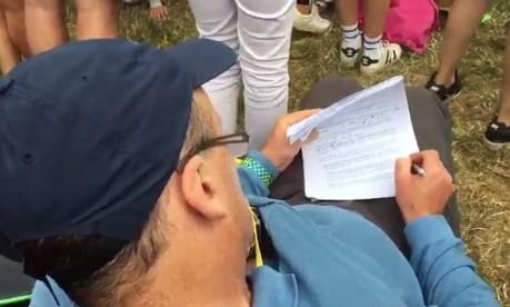 Professor corrige prova durante show de Liam Gallagher em Glastonbury