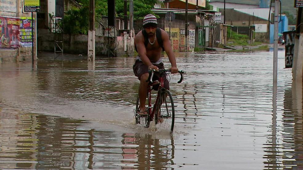 Bairro dos Bultrins, em Olinda, ficou alagado neste domingo (22) (Foto: Everaldo Silva/TV Globo)