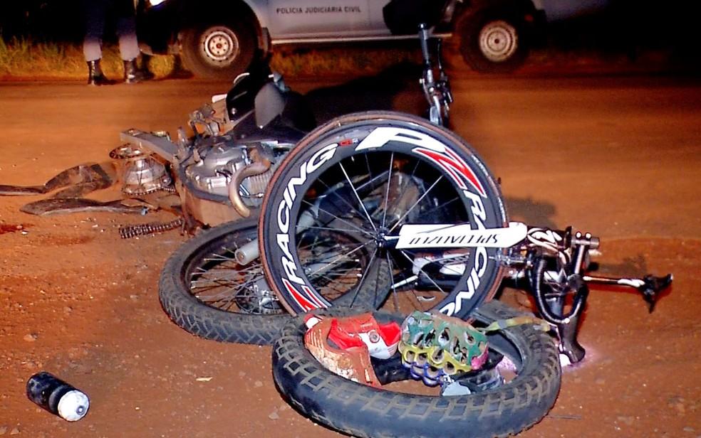 Ciclistas que treinavam no local foram atropelados pelo motociclista (Foto: Reprodução/TVCA)