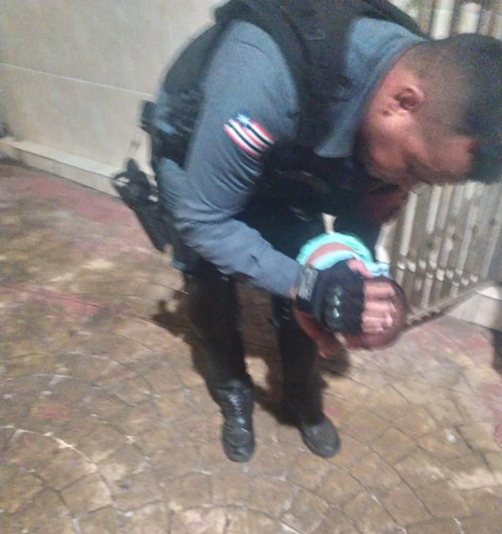 Policial Claudio Vale, que possui conhecimentos na área de enfermagem, iniciou os primeiros socorros realizando massagens no bebê — Foto: Divulgação/Polícia