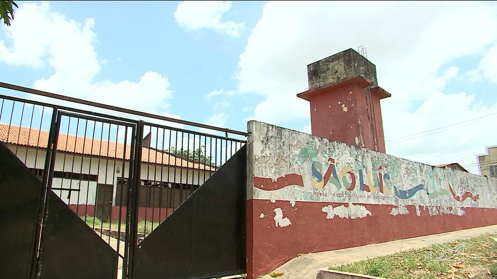 U.E.B Mata Roma, em São Luís, está fechada para reformas, mas as obras nunca aconteceram.  — Foto: Reprodução/TV Mirante